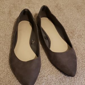 Grey pointed flats